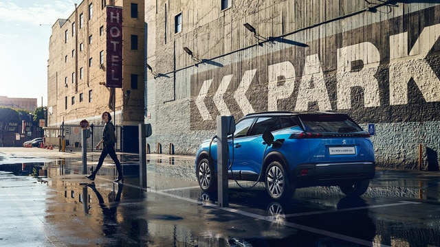 /image/04/0/all-new-e-2008-suv-blue-rear-parking.633040.jpg